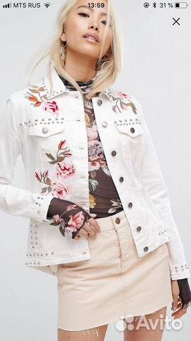 7182563763e Джинсовая куртка белая с вышивкой и заклепками